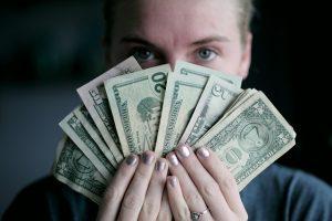 Kobieta trzymające wachlarz pieniędzy
